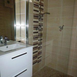 Douche à l'italienne dans la chambre double à Sathonay Camp 69 près de Lyon