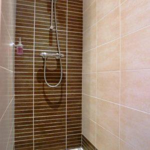 Douche à l'italienne dans la chambre triple à Sathonay Camp 69 près de Lyon